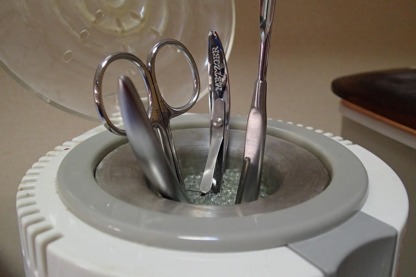 фото инструментов для маникюра, подготовленных для обработке в медицинском автоклаве.