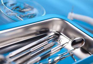 Фото набору стоматологічних інструментів.