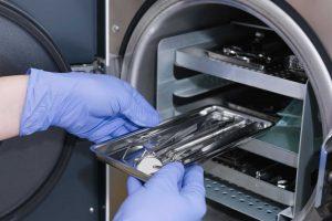 Фото процесса погружения инструментов в стерилизатор
