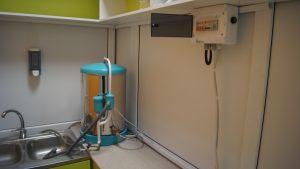 фото медицинского дистиллятора воды в лабораторной комнате в больнице